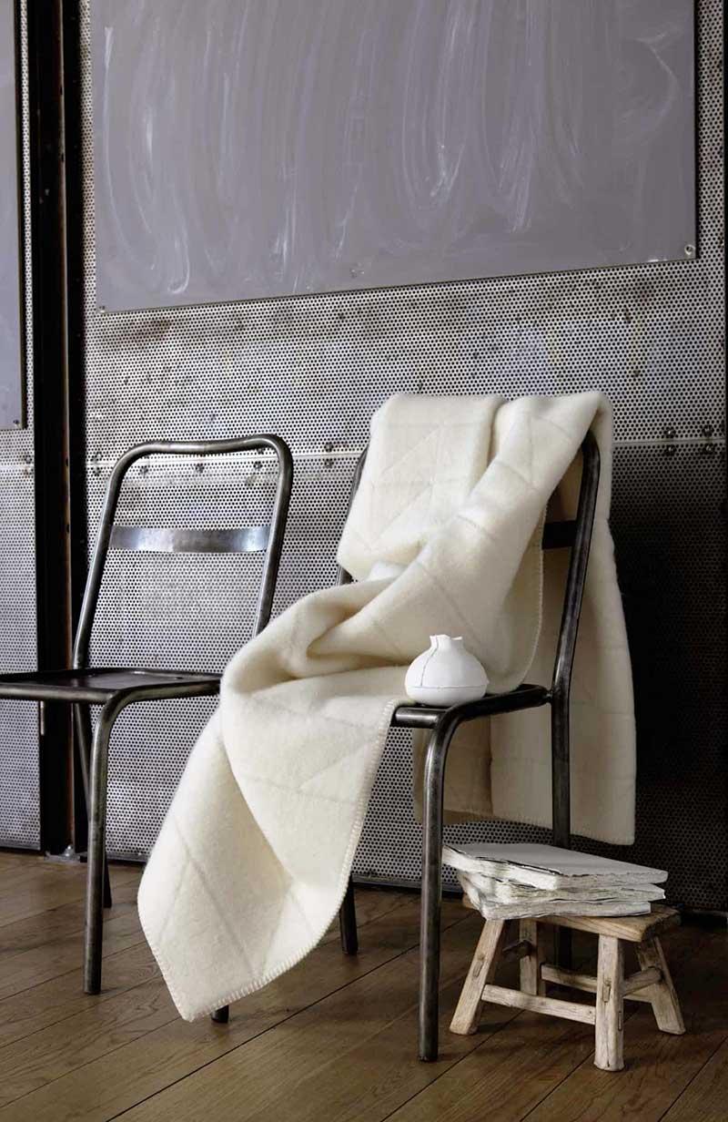 wolldecken are von r ros tweed. Black Bedroom Furniture Sets. Home Design Ideas