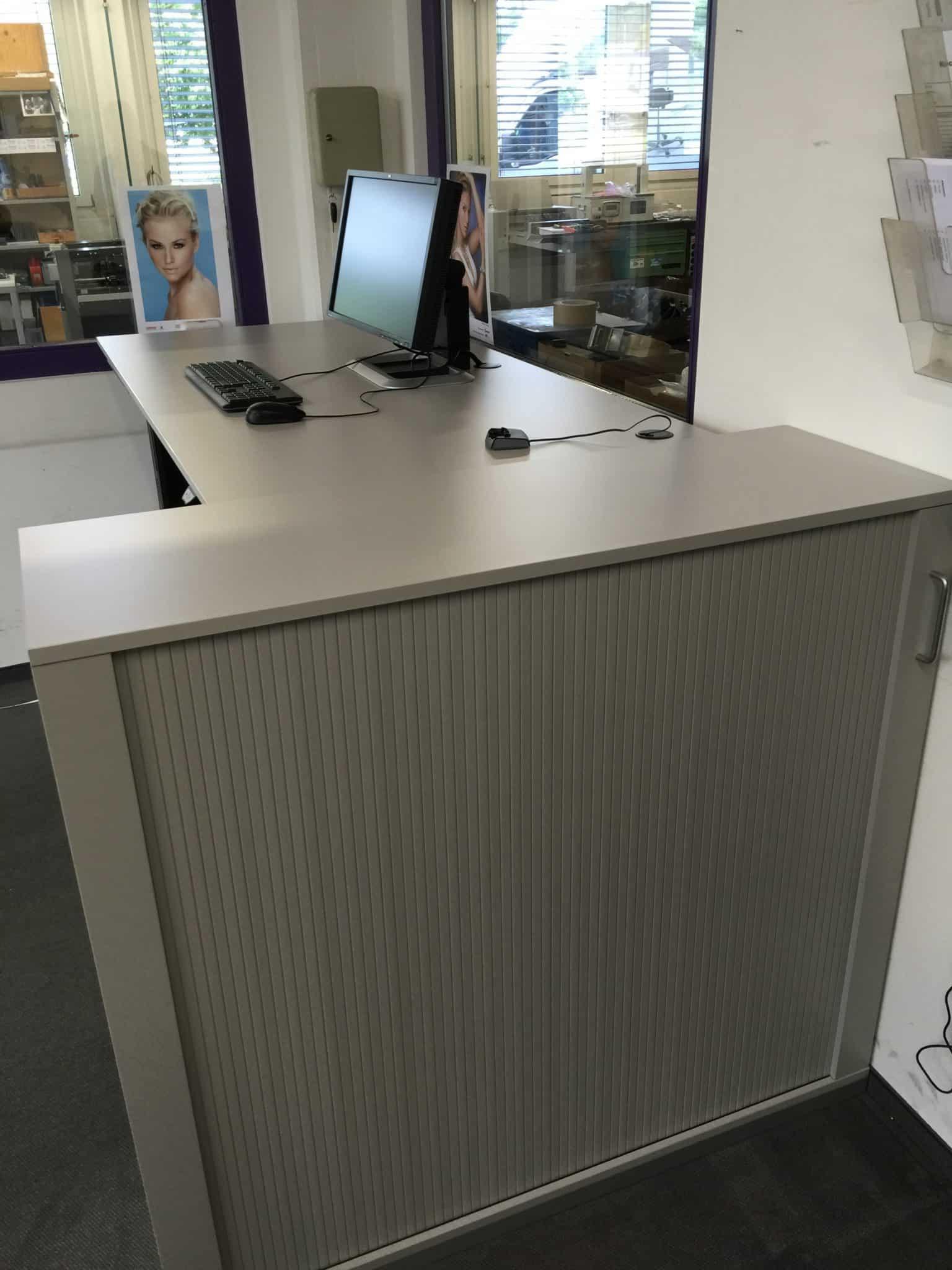 Querrollladenschrank mit Steh-Sitztisch bei Schneider und Co in Muri