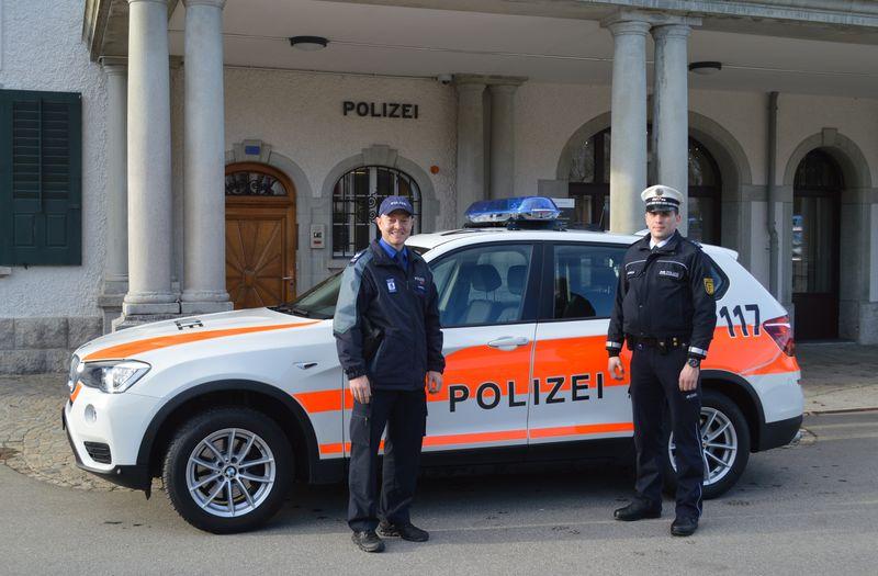 Polizei Graubünden sitzt auf einem Sattelstuhl